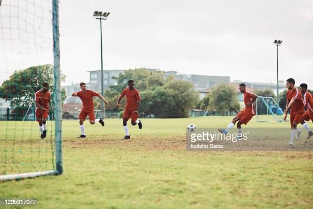 pasar la pelota mejorará nuestras posibilidades de ganar - club de fútbol fotografías e imágenes de stock