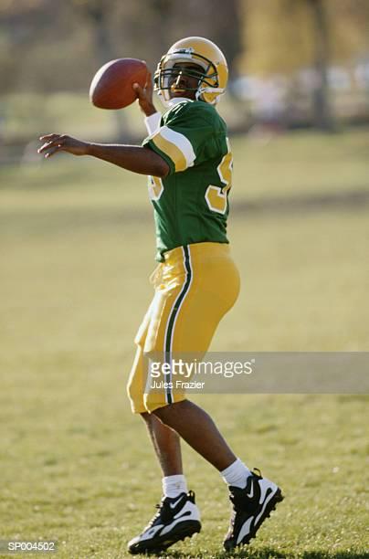 passing the football - quarterback - fotografias e filmes do acervo