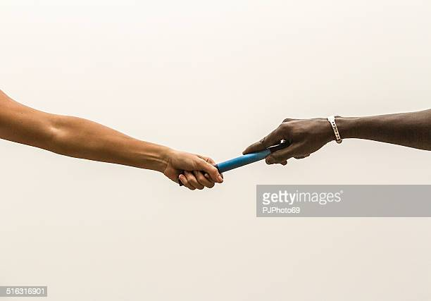 passing the relay baton - passing sport stockfoto's en -beelden