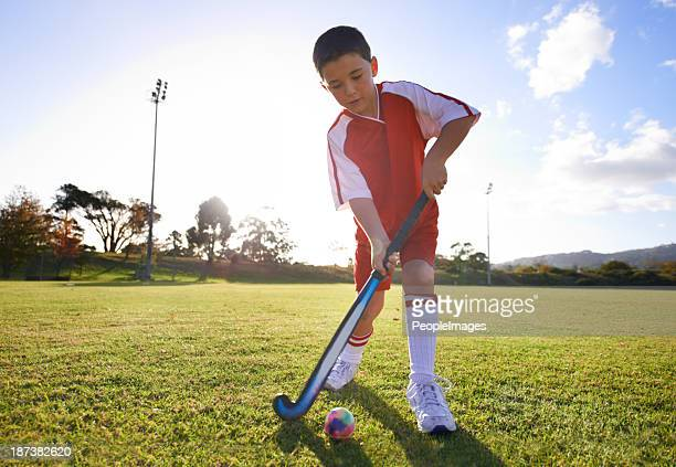 passing to his teammate - field hockey stock pictures, royalty-free photos & images