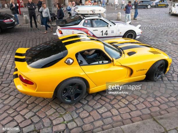 pasando el vehículo chrysler viper gts-r amarillo durante el evento de magnus walker en hamburgo en el mercado de pescado - porsche 911 descapotable fotografías e imágenes de stock