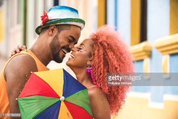 casal apaixonado no carnaval - carnival - fotografias e filmes do acervo