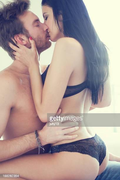 pareja apasionada - pareja desnuda fotografías e imágenes de stock