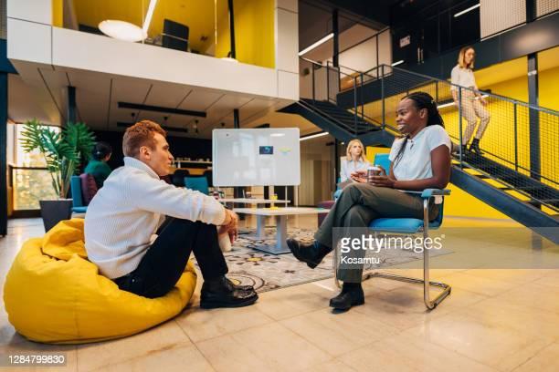 directeur créatif passionné présentant ses nouvelles idées à un collègue tout en l'écoutant attentivement - sacco photos et images de collection