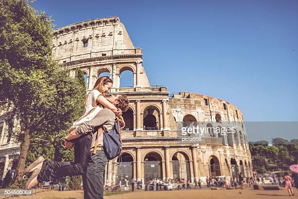 Pasional beso en frente del Coliseum