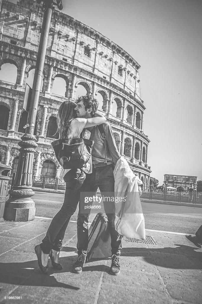 Appassionato kiss davanti al Colosseo : Foto stock