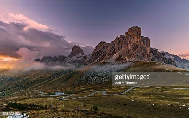 passo di giau - dolomite alps - dolomiten stock-fotos und bilder