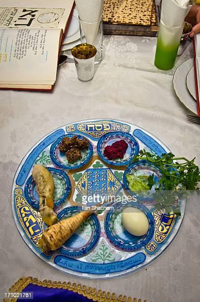 passover seder table - passover seder plate fotografías e imágenes de stock