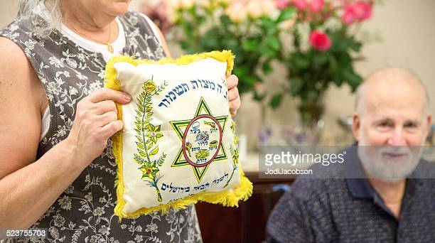 passover traditions - jewish people stock pictures, royalty-free photos & images