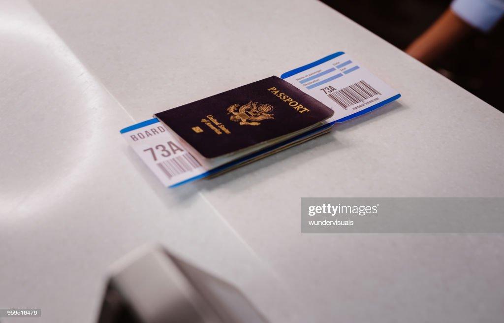 Pasaporte y tarjeta de embarque en el mostrador de check-in de aerolínea en el aeropuerto : Foto de stock