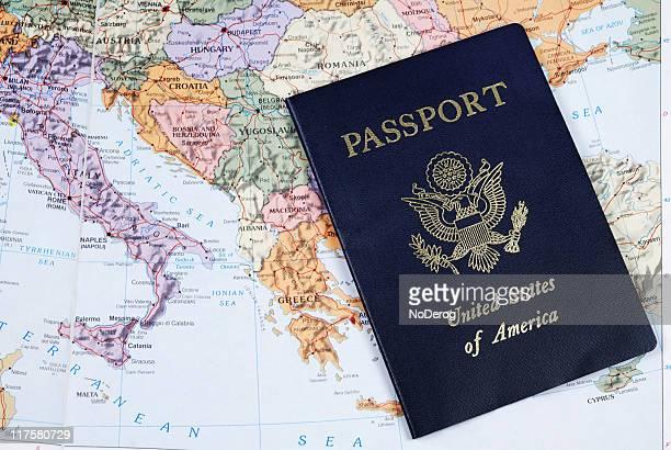 Un passeport américain sur la carte de l'Europe