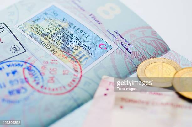 passport with turkish lira - groupe moyen d'objets photos et images de collection