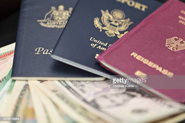 passports and currency - groupe moyen d'objets photos et images de collection