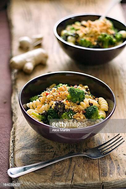 Pasta ai broccoli, lenticchie beluga e mollica all