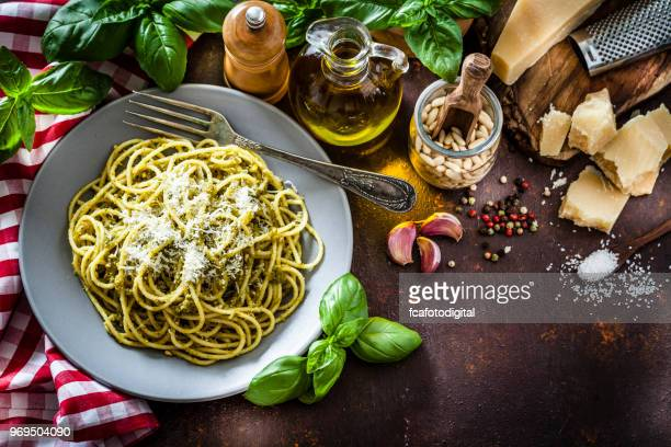 placa de pesto macarrão al na mesa da cozinha escura - espaguete - fotografias e filmes do acervo