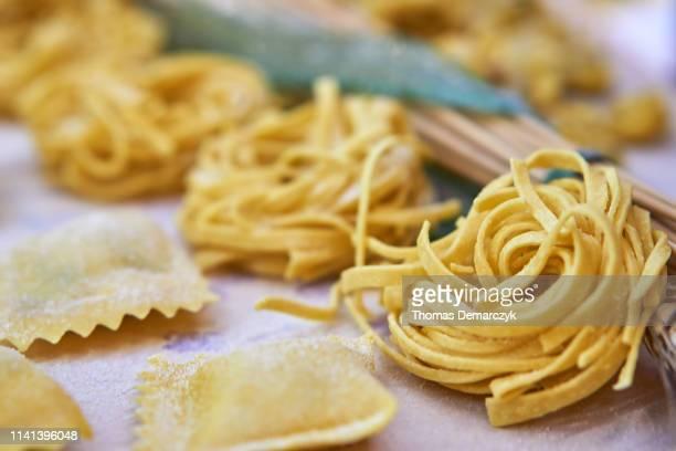 pasta - selbstgemacht stock-fotos und bilder