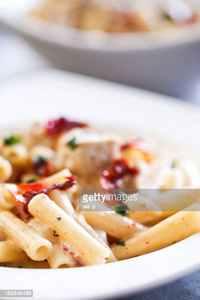 Pasta con pollo y tomates secos