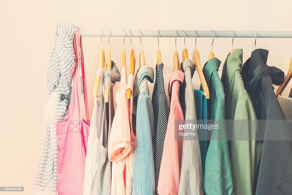 パステル色の女性服の列にオープンハンガー : ストックフォト