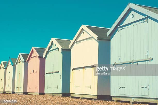 pastel coloured beach huts - anna cabana photos et images de collection