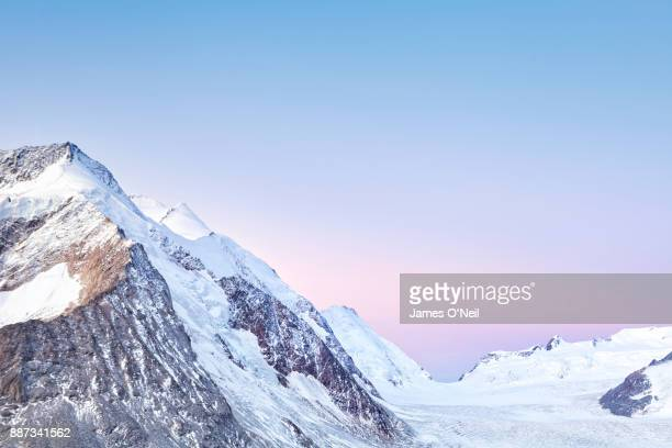 pastel sunrise colours over snowy mountains, alps, switzerland - pastellfarbig stock-fotos und bilder