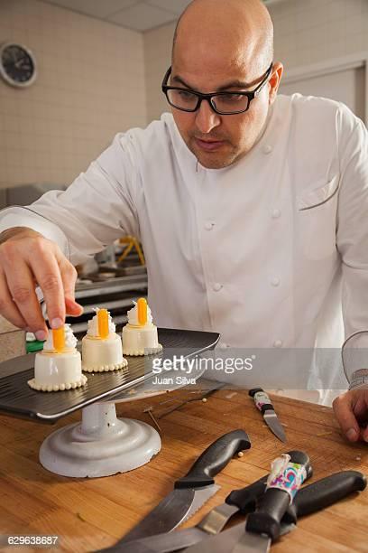 pastry chef decorating a chocolate dessert - 盛り皿 ストックフォトと画像