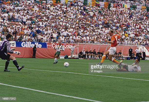 Pat Bonner Terry Phelan Dennis Berkamp Andy McCrath during the FIFA World Cup 1994 round of 16 match between Netherlands and Ireland om July 4 1994...