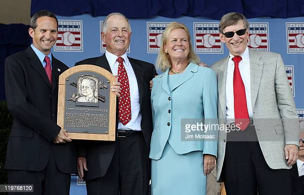 Pat Gillick poses with his plaque with Basebal Hall of Fame president Jeff Idelson Hall of Fam chairman Jane Forbes Clark and MLB commissioner Bud...