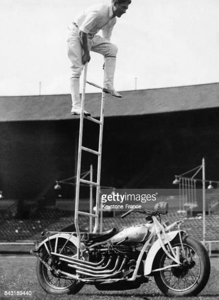 Pat Mossman monte sur une échelle posée sur sa moto lancée à pleine vitesse le 24 juin 1936 à Wembley RoyaumeUni