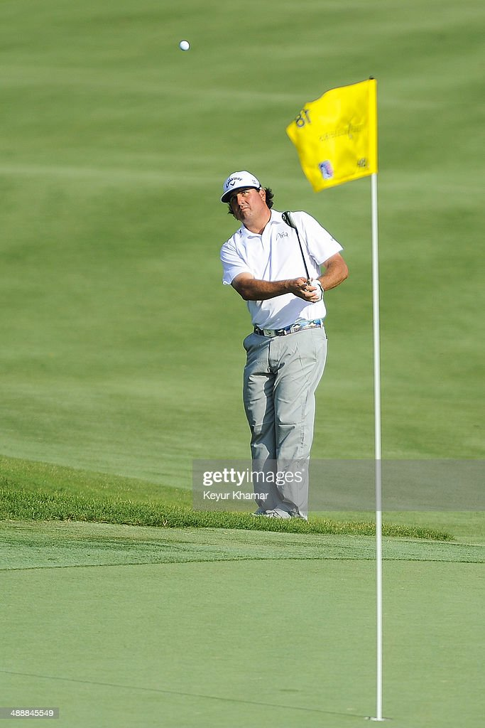 Pat Perez chips a shot onto the 18th hole green during the first round of THE PLAYERS Championship on THE PLAYERS Stadium Course at TPC Sawgrass on May 8, 2014 in Ponte Vedra Beach, Florida.