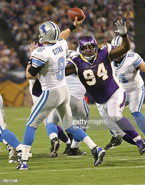 Pat Williams of the Minnesota Vikings pressures Jon Kitna of the Detroit Lions during an NFL game at the Hubert H. Humphrey Metrodome, December 2,...