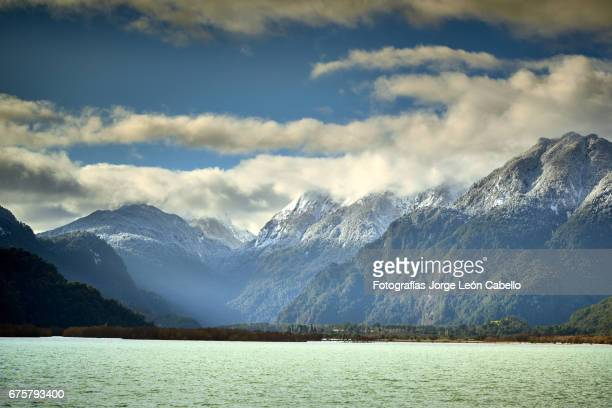 patagonian andes range view in peulla from the catamaran during the winter andean lake crossing - azul turquesa stockfoto's en -beelden
