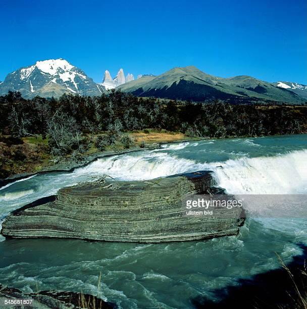 Patagonien / Paine Nationalpark RioPaine Wasserfall und Bergspitzen derTorres del Paine 1992