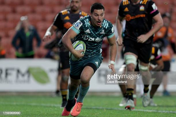 Patelesio Tomkinson of the Highlanders scores a try at the last minute to win the match during the round 6 Super Rugby Aotearoa match between the...