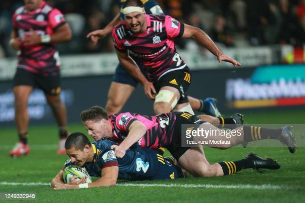 Patelesio Tomkinson of the Highlanders scores a try during the round 1 Super Rugby Aotearoa match between the Highlanders and Chiefs at Forsyth Barr...