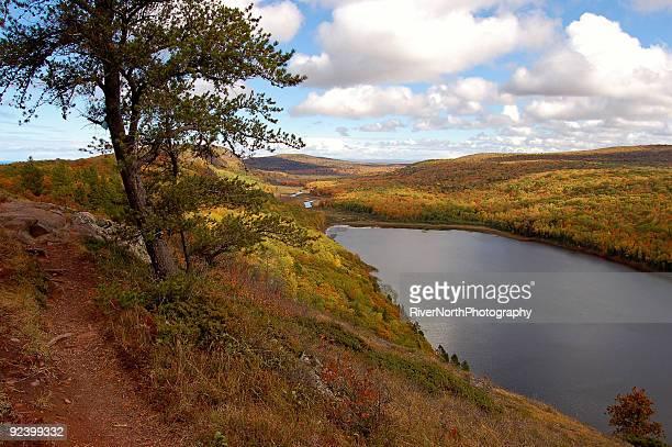 ruta por el lago de las nubes - parque estatal de porcupine mountains wilderness fotografías e imágenes de stock