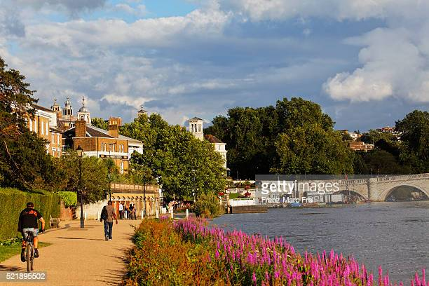 path along river thames in richmond, surrey, england - richmond upon thames stock pictures, royalty-free photos & images