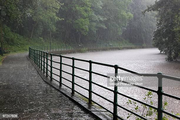 path around river wansbeck, morpeth, northumberland, england - モーペス ストックフォトと画像