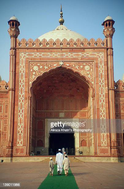 path to badshahi masjid - friday mosque stock pictures, royalty-free photos & images