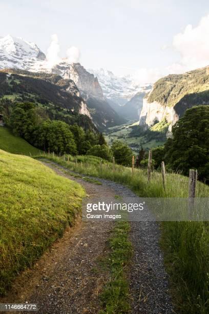 path to lauterbrunnen, switzerland - lauterbrunnen - fotografias e filmes do acervo
