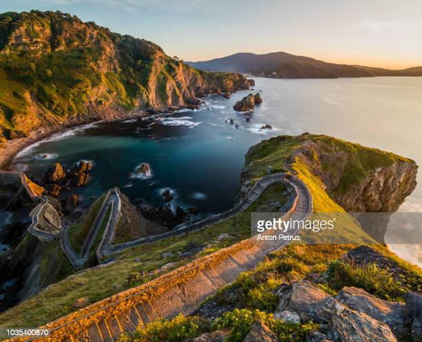 path to san juan de gaztelugatxe, basque country, spain - bilbao stockfoto's en -beelden