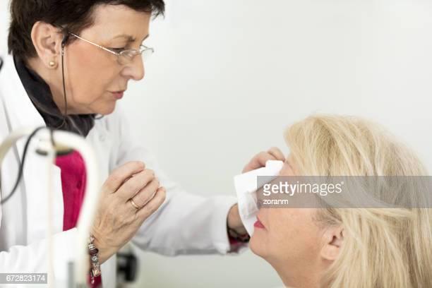Patient bei Augenarzt