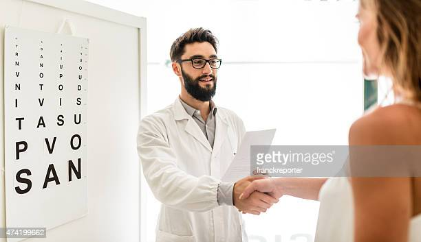 """""""oftalmologo medico al paziente"""" - eye test chart foto e immagini stock"""