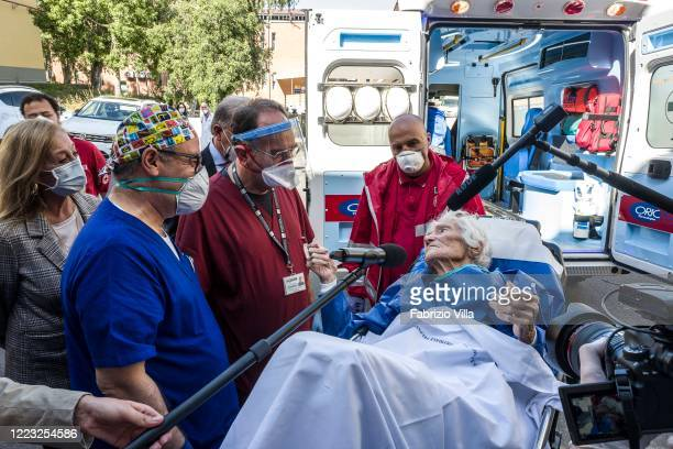 Patient Giovanna 97 years old leaves the hospital between the TV cameras and the greetings of doctors and nurses as she is discharged from the...