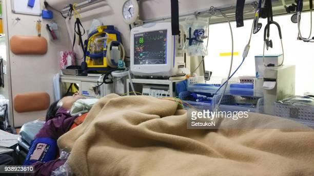 患者を救急車 - 救急車 ストックフォトと画像