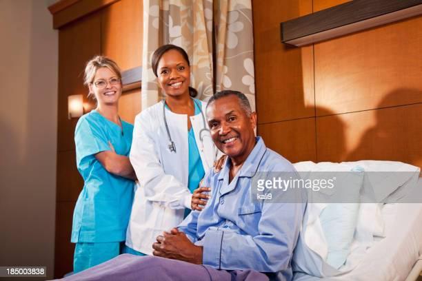 Patient dans un lit d'hôpital avec Médecin et infirmière