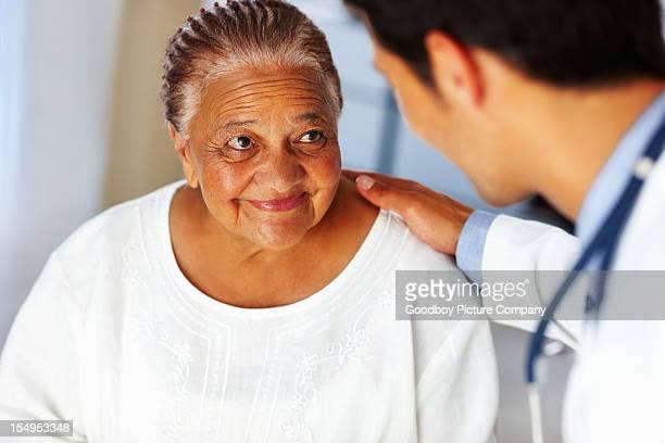 Paciente escucha médico