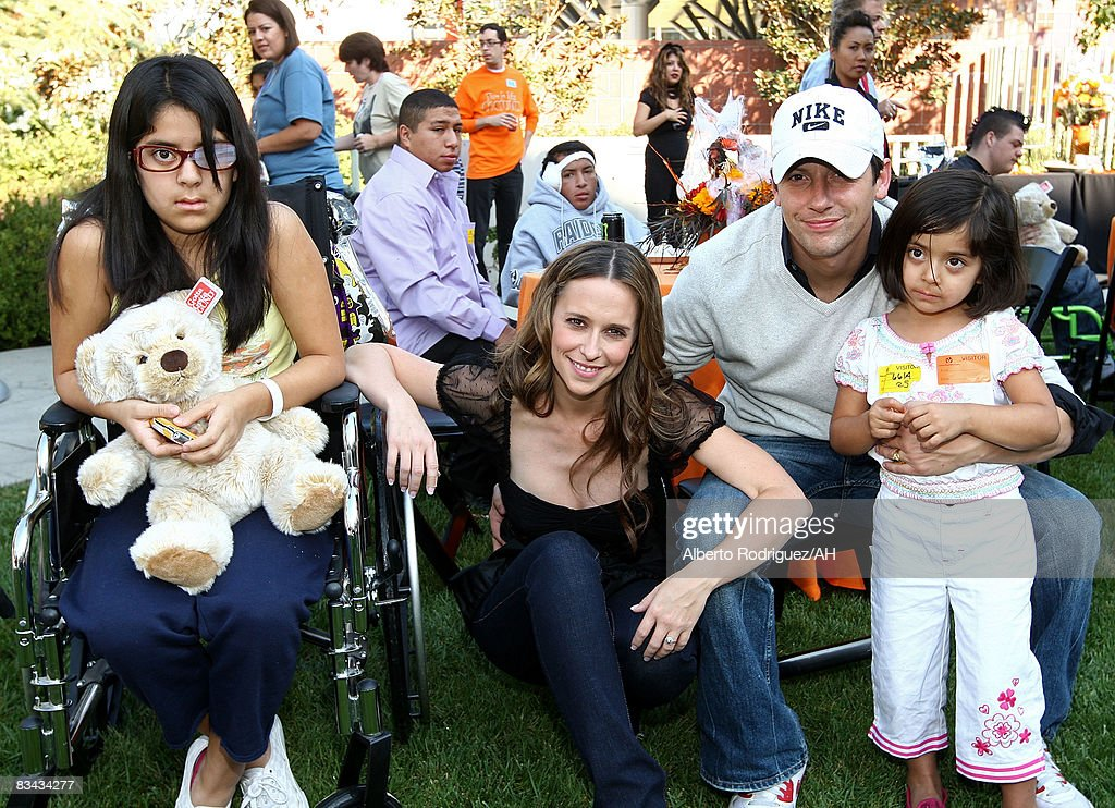Jennifer Love Hewitt Hosts A Halloween Party At L.A. Children's Hospit : News Photo