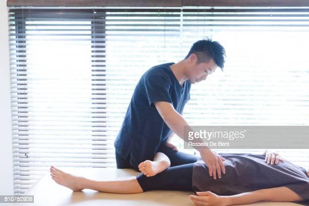 カイロプラクティックの治療を受ける患者