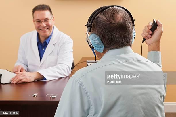 Patient en cours d'évaluation audiometric réponse bouton
