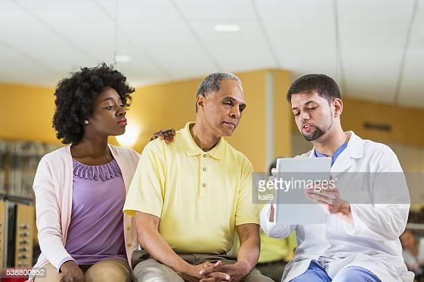 Patient adulte fille parle de médecin